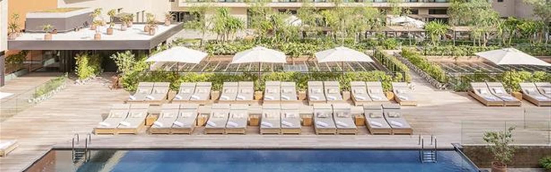 Marco Polo - Radisson Blu Marrakech, Carré Eden - Pohled na hotelové pokoje a na bazén.