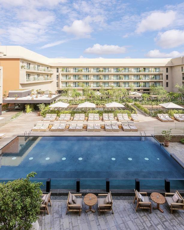 Pohled na hotelové pokoje a na bazén.