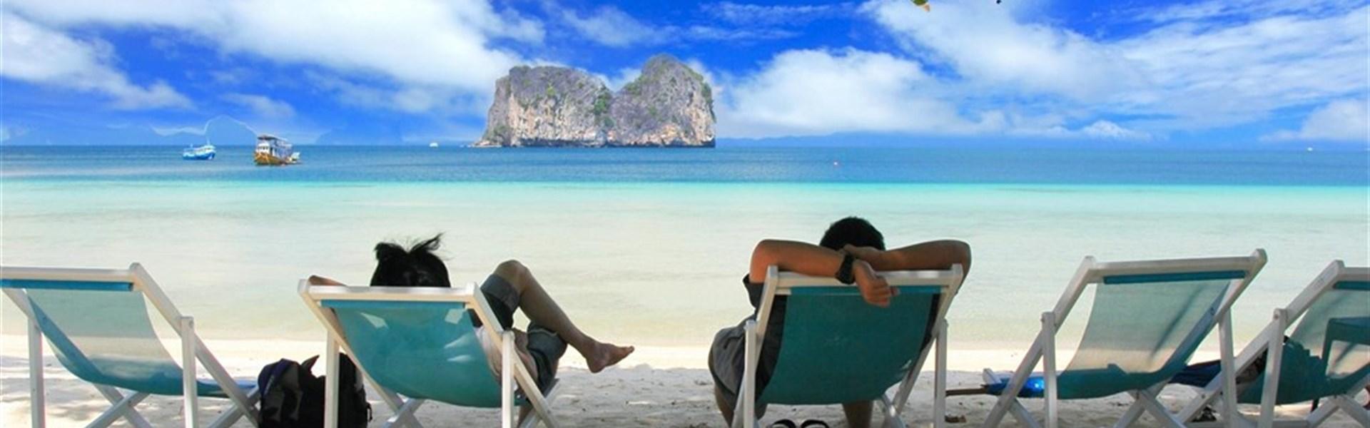 Koh Hai Fantasy Resort - Na pláži jsou k dispozici pohodlná plážová křesílka.