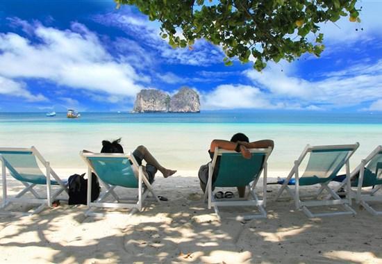 Koh Hai Fantasy Resort -  - Na pláži jsou k dispozici pohodlná plážová křesílka.