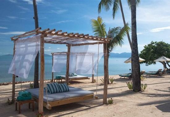 Belmond Napasai Samui - Thajsko - Na pláži jsou pohodlná lehátka.