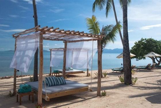 Marco Polo - Belmond Napasai Samui - Na pláži jsou pohodlná lehátka.