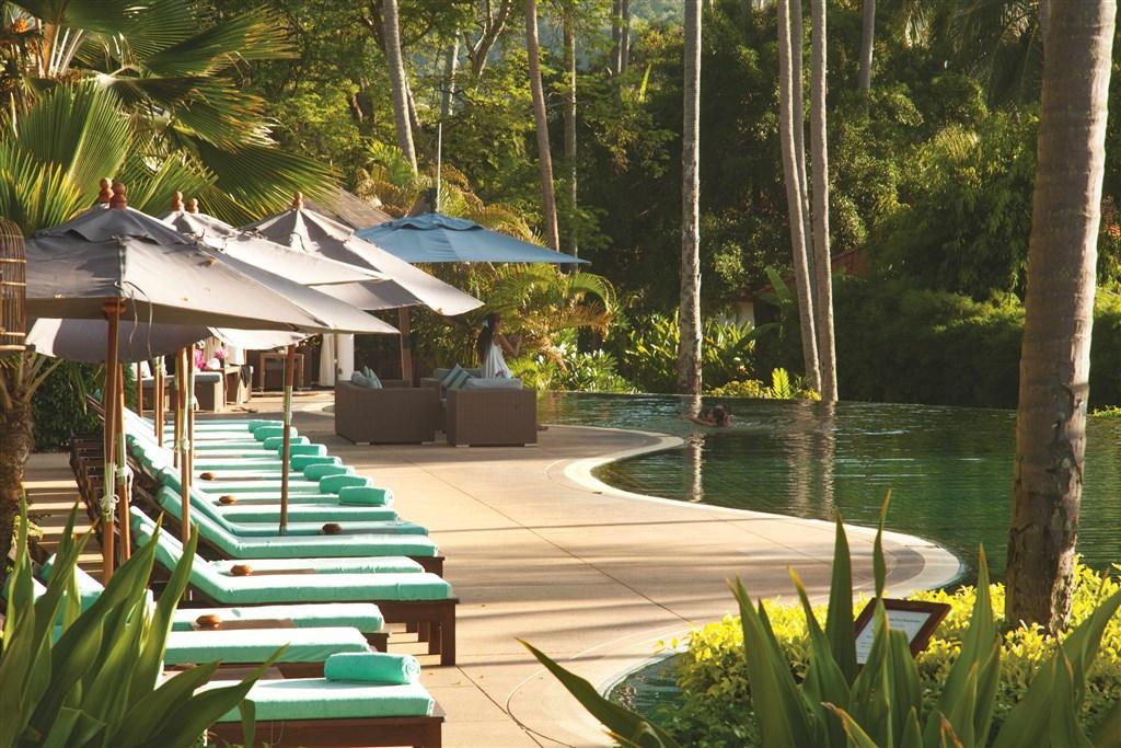 Bazén je obklopený palmovým hájem. K dispozici jsou lehátka s matrací a osuškou.