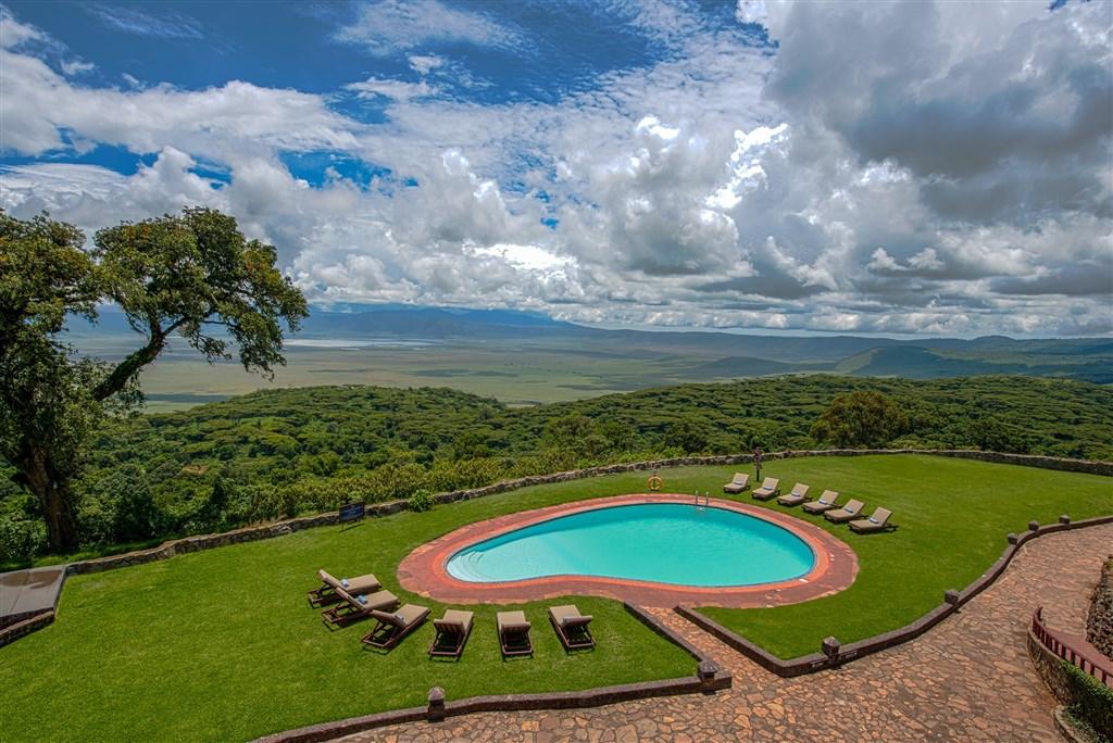 Ngorongoro Sopa Lodge je postavena na hraně kaldery. Užijte si nádherný výhled do kráteru
