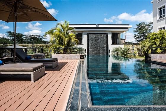 Marco Polo - Eka Hotel Nairobi - V atriu hotelu Eka máte k dispozici bazén - po rušném dni, nebo únavném letu, přijde vhod.