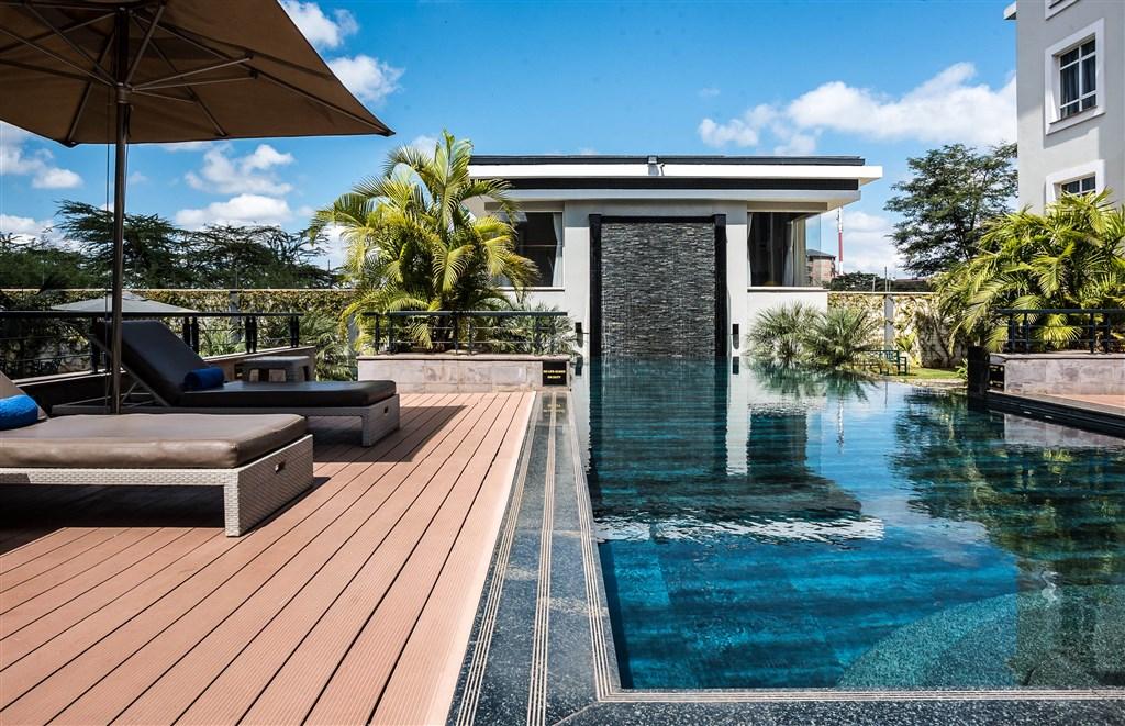 V atriu hotelu Eka máte k dispozici bazén - po rušném dni, nebo únavném letu, přijde vhod.