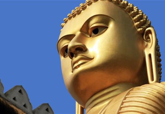 Poznávací zájezd - Esence Srí Lanky s českým průvodcem - Indický oceán - Jeskynní chrám v Dambulle - vstupu do areálu vévodí obří zlacená socha Buddhy