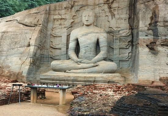 Luxusní okruh Srí Lankou a pobyt na Maledivách - Indický oceán - Polonnaruwa - v Gal Vihara na konci areálu se nachází několik neuvěřitelných soch Buddhy vytesaných přímo do skály