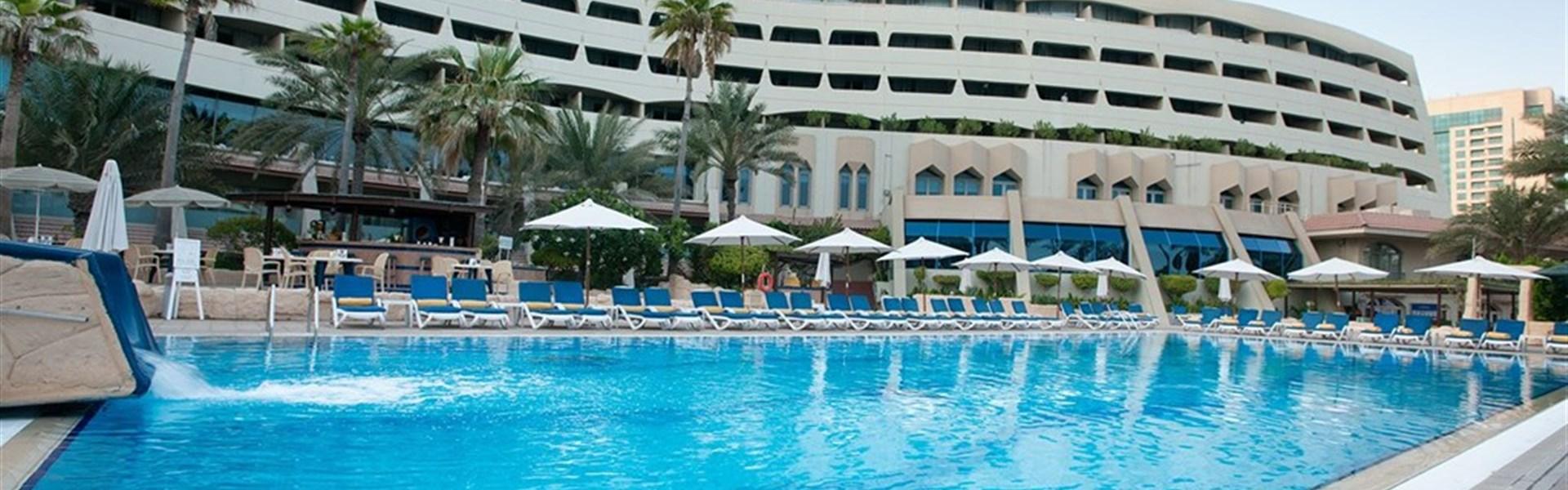 Occidental Sharjah Grand - pohled na hotel s bazénem