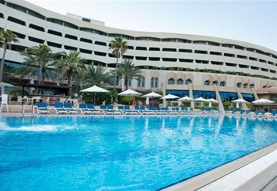 Occidental Sharjah Grand - Spojené Arabské Emiráty - pohled na hotel s bazénem